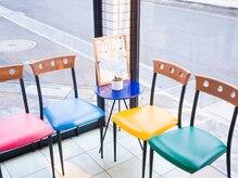 美容室 クレアの雰囲気(カラフルな可愛い椅子が並ぶこちらで少々お待ちください♪)