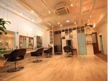 エノワ ヘアラウンジ 浦和駅西口本店(enowa HAIR LOUNGE)の雰囲気(店内は天井を高くとり、こもらない、浦和の心地よい空間を)