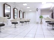 ヘアーアンドリラクゼーション グローブ 経堂 (Hair&Relaxation GROVE)の雰囲気(白を基調とした清潔感のあるキレイなサロン(GROVE経堂) )