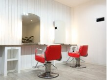 ヘアスタジオ オジールーム(hair studio G room)の雰囲気(白い壁とポップな赤が映える店内☆)