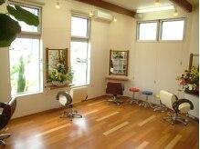 アンブル ヘアデザインアンドヒーリング 古正寺店(Amble hair design&hialing)の雰囲気(明るく開放的な店内。特注のイスは低反発を使用しています。)