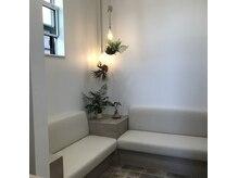 クーラペ(Cura Per hair garden)の雰囲気(陽の光が差す、ゆったりとした空間。大人女性の隠れ家。)