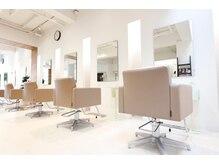 ピエタス ヘアーアンドスパ(PIETAS Hair&Spa)の雰囲気(白を基調とし、陽射しもたくさん入り気持ちの良い店内です。)