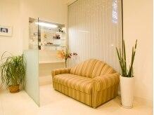 美容室 フラット(FLAT)の雰囲気(ゆったりソファーのあるウェイティングスペース)