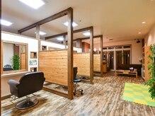 クローバーズ CLOVER'Sの雰囲気(セット面 個室風でお客様のプライベート空間を大切に。)