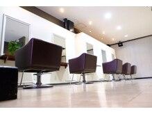 ヘアクリエイト ピアル(Hair Create Piar)の雰囲気(白を基調とした清潔感のある落ち着いた店内です。)