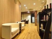 ローカス ヘアーサロン(LOCUS hair salon)の雰囲気(カウンター&待合いスペース☆まずはこちらで受付を。)