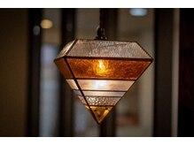 コネロマ(coneroma)の雰囲気(ステンドグラス店nido製オーダー照明が空間を演出します。)