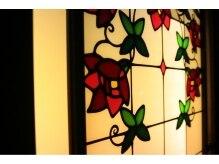 アルジェント(argento.)の雰囲気(ステンドグラスをあしらった店内の窓)