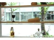 カミヤ(kamiya)の雰囲気(まるで『映画を観ている様』この窓から見える街の中の風景)