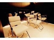 ソフィーズデザイン(Sofi's design)の雰囲気(カットスペースと対照的に照明を落としたシャンプールームでZz..)