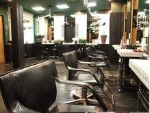 ヘアーアンドメイク ポッシュ 銀座店(HAIR&MAKE POSH)の雰囲気(お店に入るとすぐに、リゾートホテルにありそうなソファーが。)