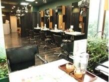 ヘアーアンドメイク ポッシュ 銀座店(HAIR&MAKE POSH)の雰囲気(深いグリーンとブラックの空間は心が落着きます。)