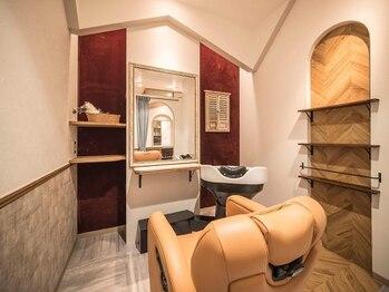 ヘアーガーデン アストレア(HAIR GARDEN ASTRAEA)の写真/居心地◎女性専用の個室でシャンプーまでOK!炭酸フルコースで頭皮の汚れをオフしてツヤツヤの美髪へ♪
