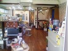オアフ(Oahu)の雰囲気(ハワイの材木「コアの木」使用の店内。BGMはもちろんHawaiian。)