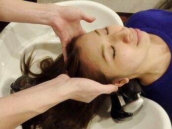 ケーティー トータル デザイン(KT TOTAL DESIGN)の写真/フルフラットシャンプー台で心地の良いリラックスタイムを☆人気のヘッドスパで髪も頭皮も健やかに♪