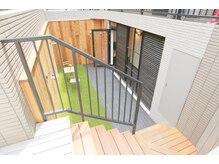 アイミー 泉岳寺(i+me)の雰囲気(ウッドデッキの階段を降りると入口がございます☆)