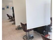 アース 大宮宮原店(HAIR&MAKE EARTH)の雰囲気(コロナ対策のためお席の間に仕切りつけさせていただいております)