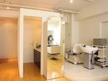 スタジオフォッシュ(Studio FOCH)の雰囲気(清潔感のある白と温かみのあるウッド調で、優しい雰囲気の店内。)