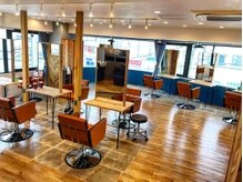 アグ ヘアー ララア 平塚店(Agu hair lalah)の雰囲気(大きな窓からの自然光でゆったり寛げる空間。)
