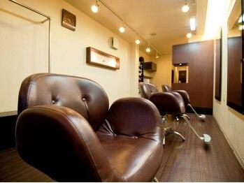 ヘアメイク ビス(Hair Make Bis.)の写真/シックな内装とJazzがBarのような雰囲気を醸し出す。大人の為のプライベートサロンでリラックスタイムを…