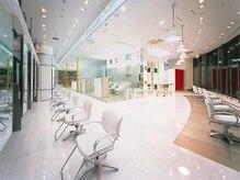 カペリプントニューヨーク あべのフープ店(Capelli Punto N.Y.)の雰囲気(天井が高く日差しあふれるガラス空間でリラックスできます)