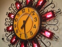 ハッピーメーカー(Happy Maker)の雰囲気(お店に入るとパッと目に入る、大きな時計。ポップで可愛い☆)