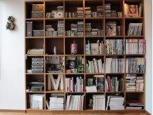 ファミリィ (PHAMILEE)の雰囲気(あらゆる分野にアンテナを張る造詣の深さが伺える本棚。)