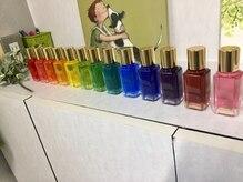 美容室フェミニンの雰囲気(14本のカラ-ボトルから好きな色を3本選んで行うカラ-セラピ-)