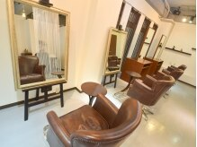 美容室 エニシ(Enishi)の雰囲気(店内のインテリアにも注目!額縁のようなオシャレな鏡が可愛い♪)