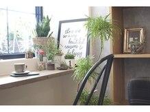 モク ヘアーサロン(moku hair salon)の雰囲気(カフェのような待合のカウンター席でゆっくりコーヒータイム)