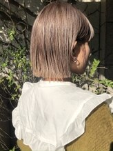 デザインのあるヘアカラーで個性的に。スタイリングの幅を広げて毎日違うヘアスタイルを楽しむ。