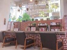 ヘアーサロン リベルテ 上本町店(hair salon Liberte)の雰囲気(本の世界に入ったような待合席でゆったりとお過ごしください。)