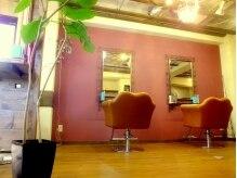 ヘア ズーム(hair zoom)の雰囲気(小規模でアットホームな木目調のサロン。落ち着きのある空間。)
