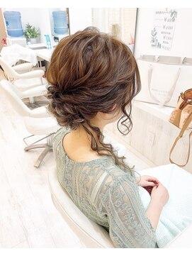 レア(Le'a)後れ毛ありのアップヘア
