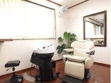 ヘアサロン カミヤ(Hairsalon KAMIYA)の雰囲気(隣が気にならない半個室スタイル。席を移動せずにシャンプー可。)