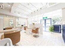 アンソルヘアードレシア 南越谷店(N'SOL hair dressia)の雰囲気(開放的で洗練されたおしゃれな空間。)