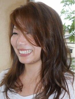 カレ(KaLe)の写真/気になる白髪をしっかりカバー♪染めるも活かすも自由自在【KaLe】のグレイカラーで、若々しい髪色へ!
