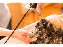 大切な髪を守りながらカラー施術後、薬剤の化学薬品は頭皮と髪に残さないトリートメントを塗布します