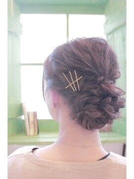 アッシュ アーティスティック スタジオ オブ ヘア(Ash artistic studio of hair)カジュアルシニヨン