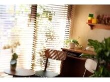 マール(mar)の雰囲気(ブラインド越しの日差しが心地よい植物の多い空間。)