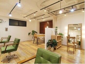 hug 髪型相談室の写真/奥まった入口の扉を開けば…そこはまるでオシャレなカフェ空間。居心地の良いゆったりスペースが自慢★