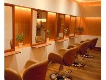 カームヘアー(Calm hair)の雰囲気(落ち着いて施術が受けられる木目調で暖かみのある店内♪)