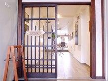 ツムギ(tumugi)の雰囲気(入口:木のあたたかみ感じる入口からおもてなし致します)