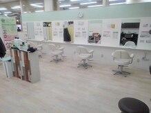 美容室 プリュ サンリブ若松店(Plu')の雰囲気(広々とした店内でお寛ぎ下さい。)