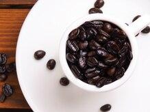 ちょっぴりおしゃれなカフェ併設サロン☆薬剤放置中の待ち時間は本格ドリンクで癒しのひと時を♪