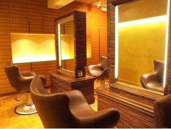 ローバー53(Rover53)の写真/セット面4席。間接照明が癒しを誘う…落ち着く上質空間で極上のひと時を。大人女性の為の秘密の隠れ家salon