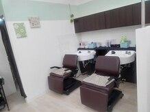 美容室 プリュ サンリブ若松店(Plu')の雰囲気(パステルカラーで可愛いらしいシャンプースペース。)