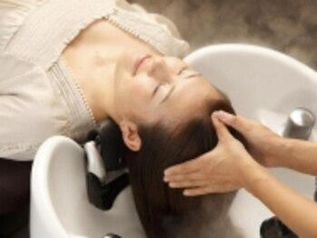"""ハウント 栂美木多店(Haunt)の写真/""""髪を大切に、キレイに!""""フルフラットのシャンプー台で全身リラックス★やみつきになる気持ちよさ♪"""