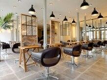 オーブ ヘアー ルイ 伊丹店(AUBE HAIR louis)の雰囲気(開放感のある明るい店内で、くつろぎの時間をお過ごしください。)